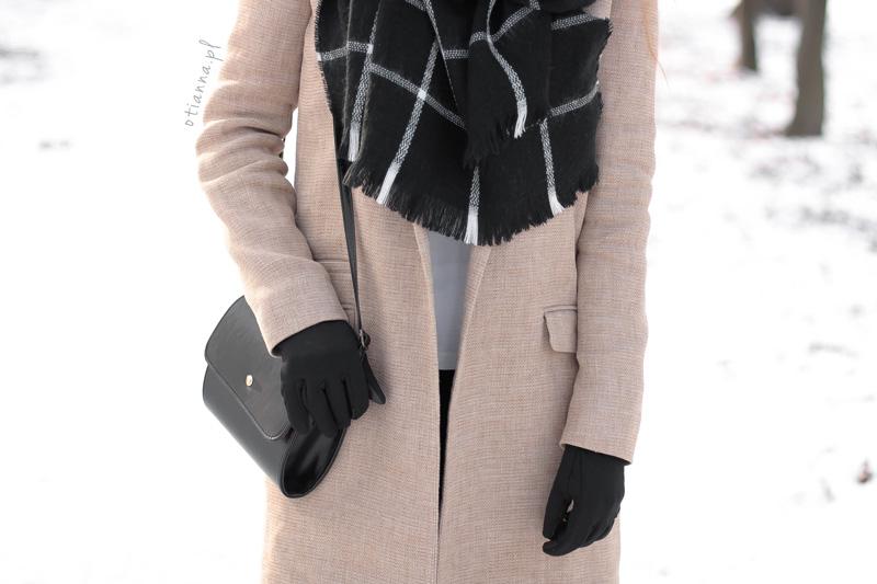 bezowy-plaszcz-otianna-botki-zima-torebka-czarna-szalik-kratka-krata-otien-rrr