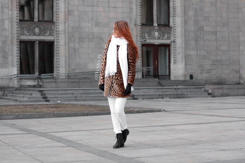 otianna-futro-futerko-panterka-lampart-stylizacja-moda-plaszcz-kobiecy-biale-spodnie-trapery-7