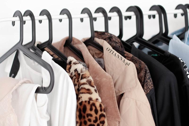 post-pokoj-otianna-minimaliz-biel-ubrania