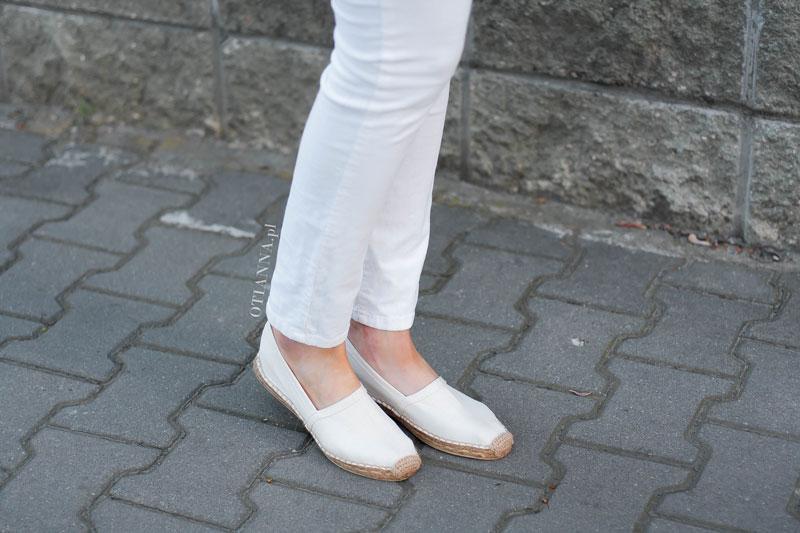 800x-8-otianna-koszula-prazki-espadryle-biale-spodnie-szara-torebka-guziki-spiete-wlosy
