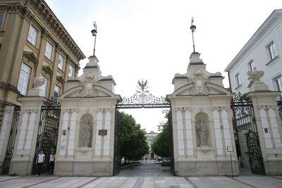 uniwersytet-warszawski-jessica-mercedes-brama-zlota